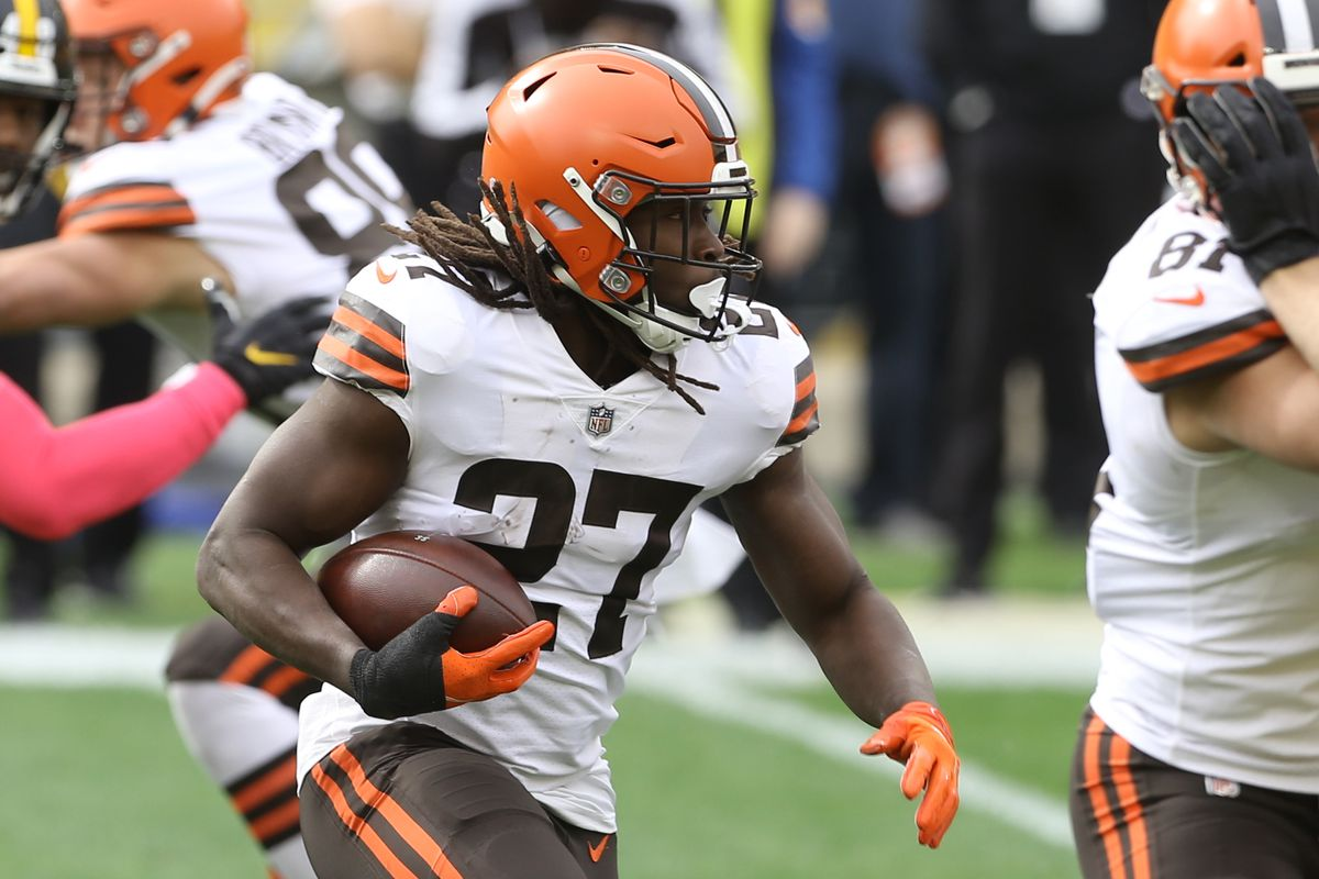 Cleveland Browns running back Kareem Hunt (27) runs the ball against the Pittsburgh Steelers during the first quarter at Heinz Field.
