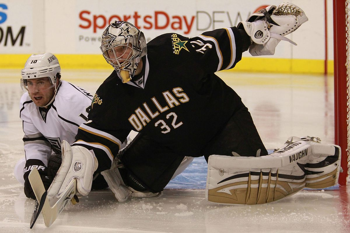 DALLAS, TX - OCTOBER 27:  Kari Lehtonen #32 of the Dallas Stars in goal against Mike Richards #10 of the Los Angeles Kings at American Airlines Center on October 27, 2011 in Dallas, Texas.  (Photo by Ronald Martinez/Getty Images)