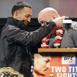 Max Holloway gives Dana White a lei at UFC 231 presser.