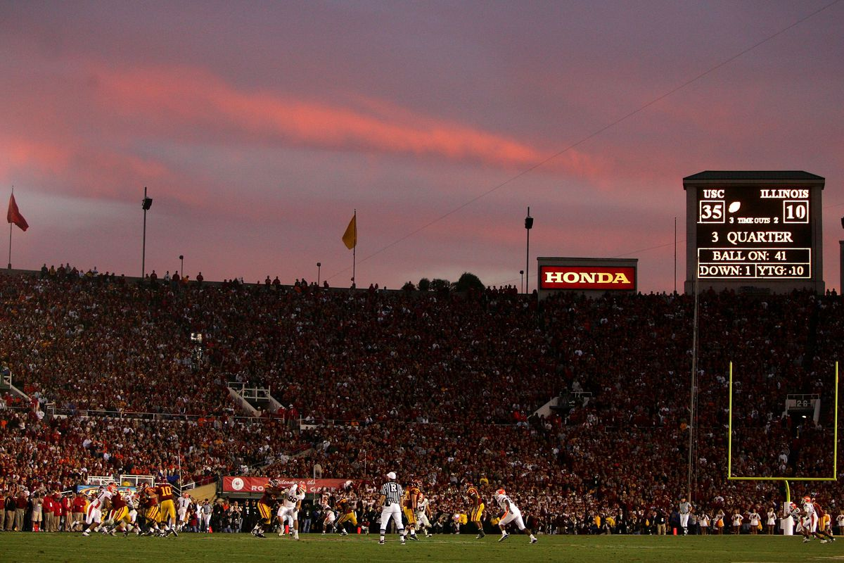 """A general view if the """"Rose Bowl presented by Citi"""" between the USC Trojans and the Illinois Fighting Illini during sunset at the Rose Bowl on January 1, 2008 in Pasadena, California."""