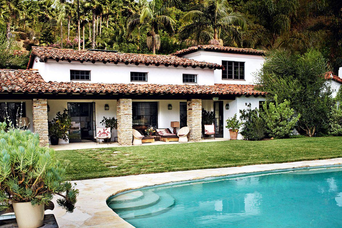 """Photo via <a href=""""http://www.vogue.com/magazine/article/mario-testino-royale-a-look-inside-the-photographers-los-angeles-home/#1"""">Vogue.com</a>. Click to expand."""