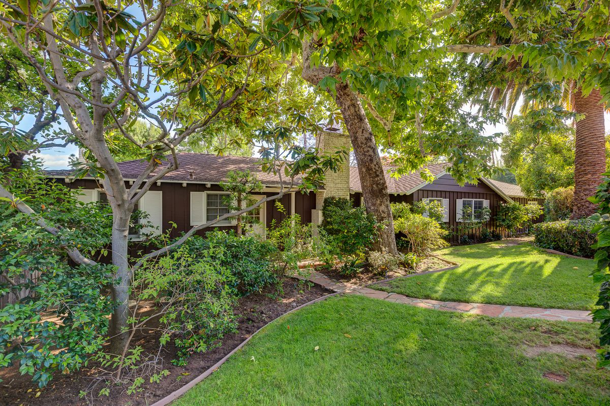 hollywood dell ranch house has strong time capsule vibes for 1 9m curbed la. Black Bedroom Furniture Sets. Home Design Ideas