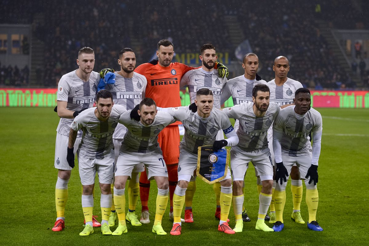 Players of FC Internazionale pose for a team photo wearing...