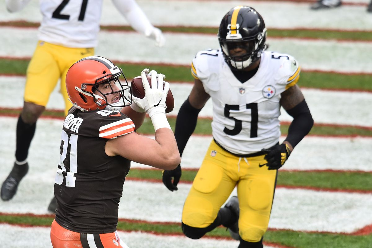 Cleveland Browns tight end Austin Hooper (81) catches a touchdown during the second half against the Pittsburgh Steelers at FirstEnergy Stadium.