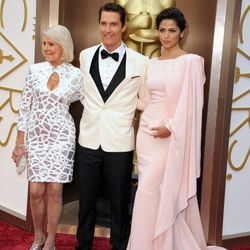 Alright, alright, alright. Matthew McConaughey (in yet another white tux jacket) with his mom and his wife Camila Alves (wearing custom Gabriela Cadena).