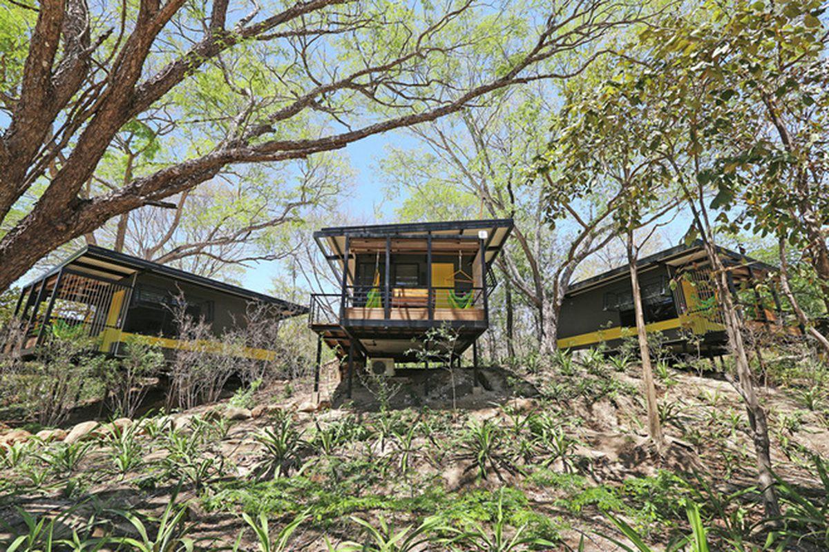 "All photos by Armando DelVecchio via <a href=""http://www.contemporist.com/2015/08/20/no-trees-were-removed-to-create-this-bungalow-hotel-in-costa-rica/"">Contemporist</a>."