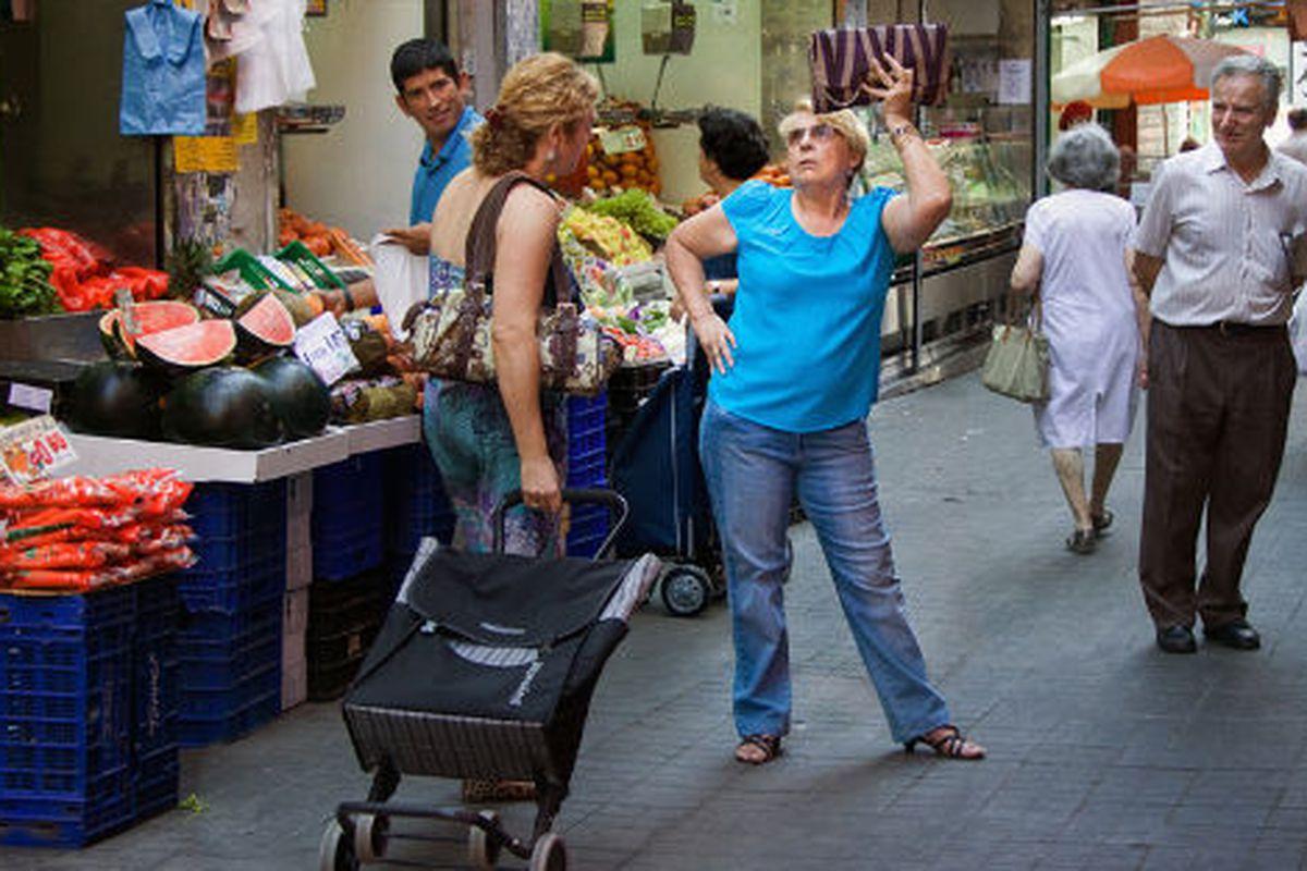 "Image via <a href=""http://yolandadominguez.blogspot.com/2011/08/poses.html"">Yolanda Dominguez</a>"