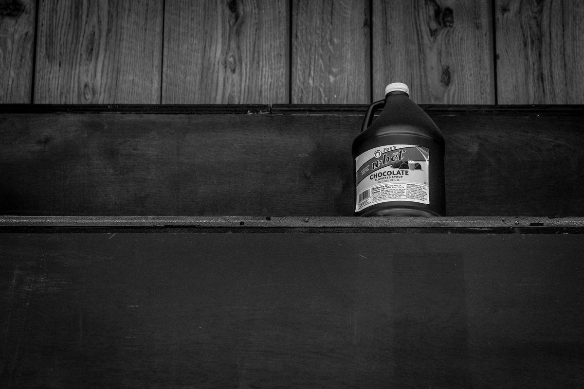 Eine Flasche U-Bet in einem Regal