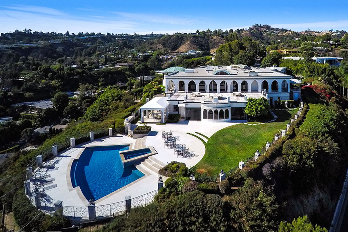 Late comedian 39 s decadent hilltop mansion in trousdale for Hollywood mansion for sale