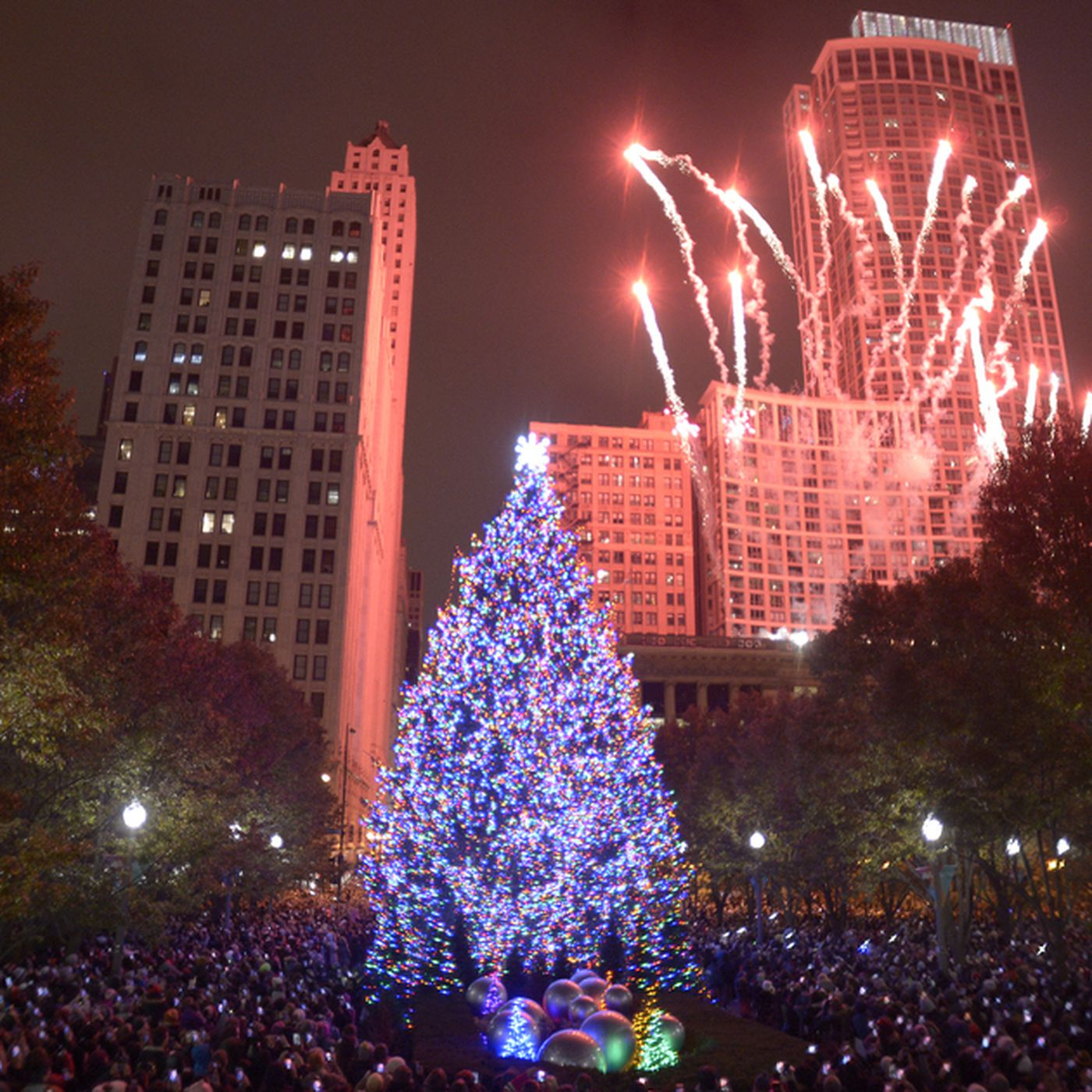 Chicago Christmas.Chicago Christmas Tree Lighting Dazzles In Millennium Park