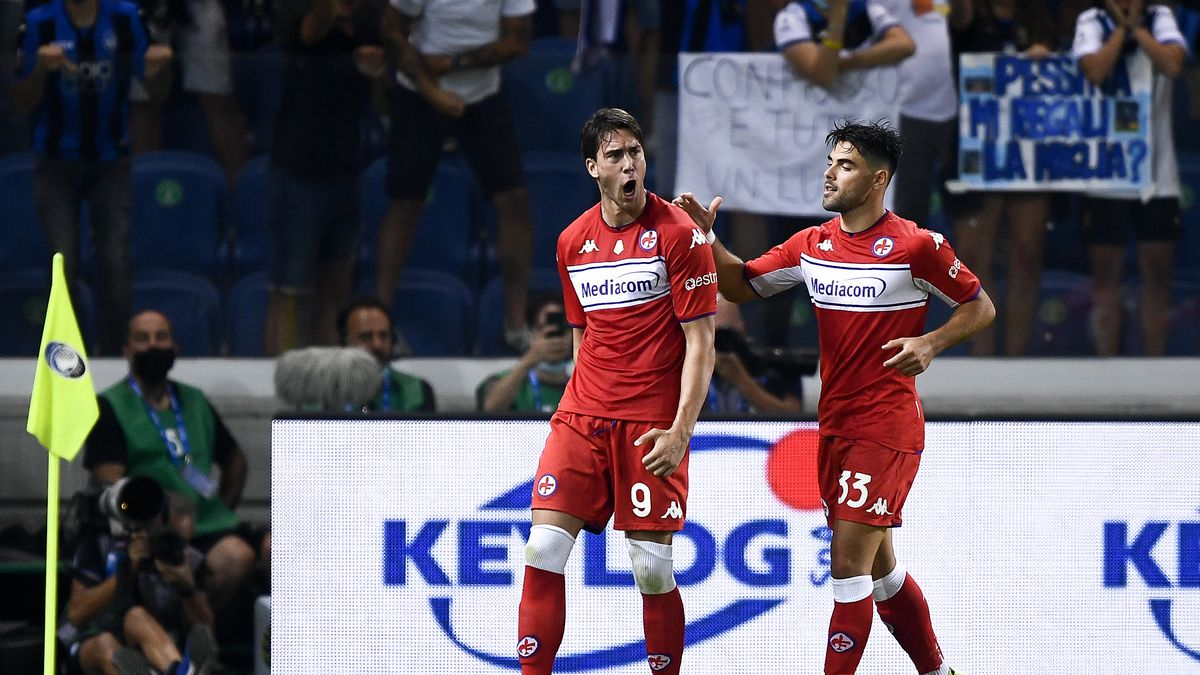 Dusan Vlahovic (L) of ACF Fiorentina celebrates with...