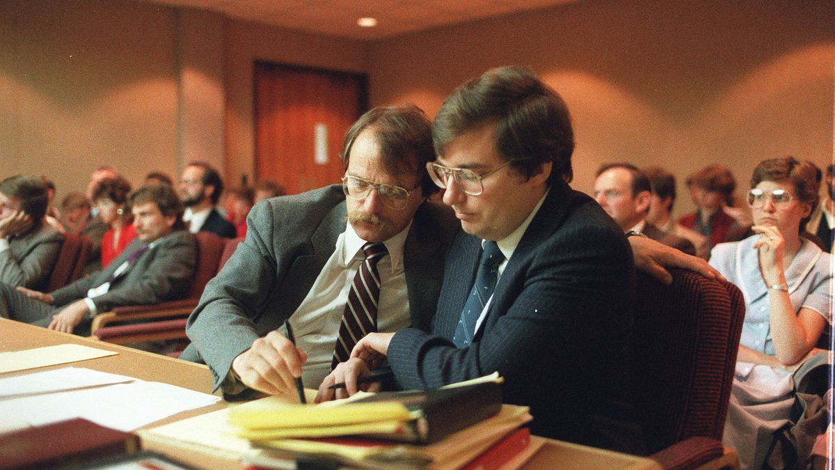 Attorney Ron Yengich, left, and Mark Hofmann attend ain preliminary trial in April 1986.