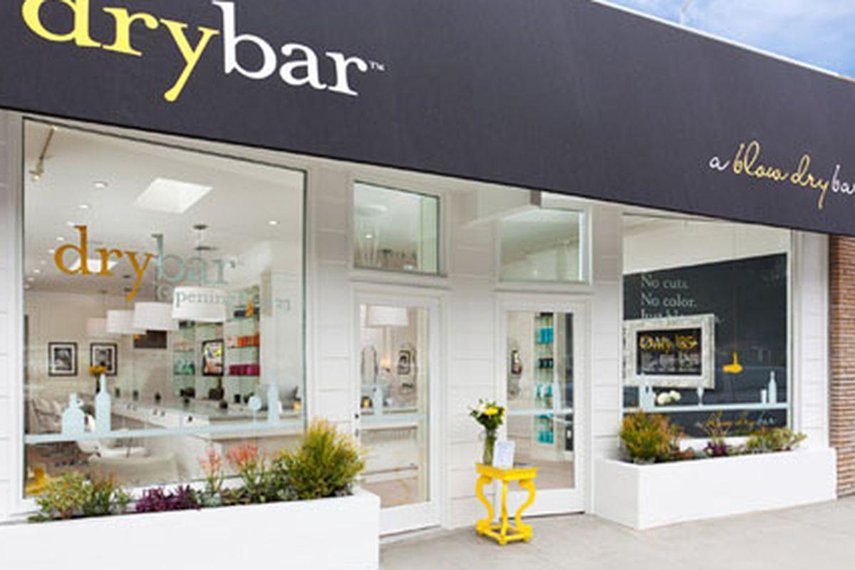"Drybar Studio City. Photo via <a href=""http://thedrybar.com/photos/"">Drybar</a>."