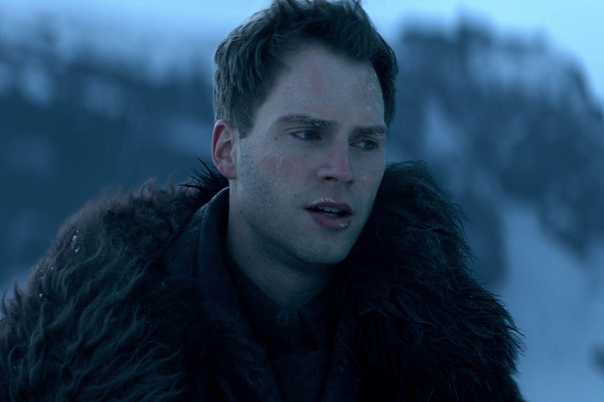 Mattias luciendo frío y helado en una tormenta de nieve