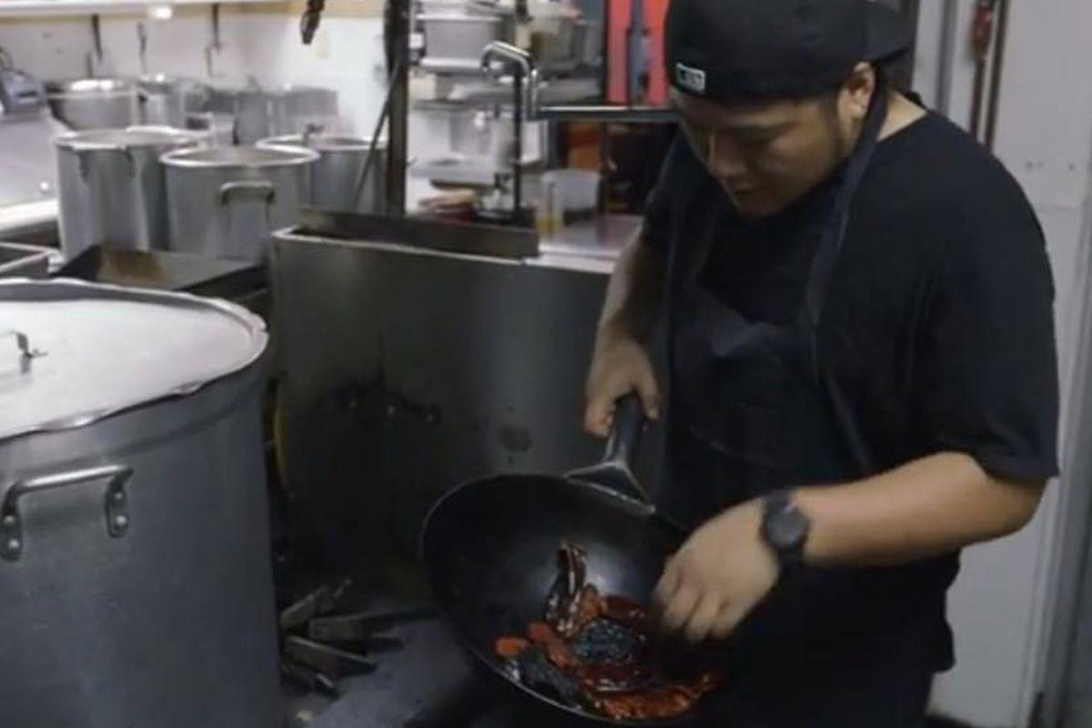 Ramen Tatsu-Ya making brisket ramen
