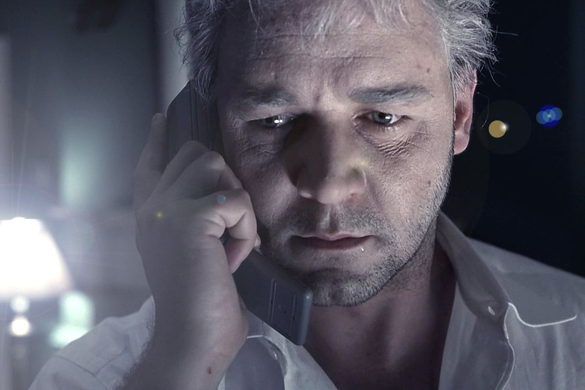 Russell Crowe in The Insider holding a phone
