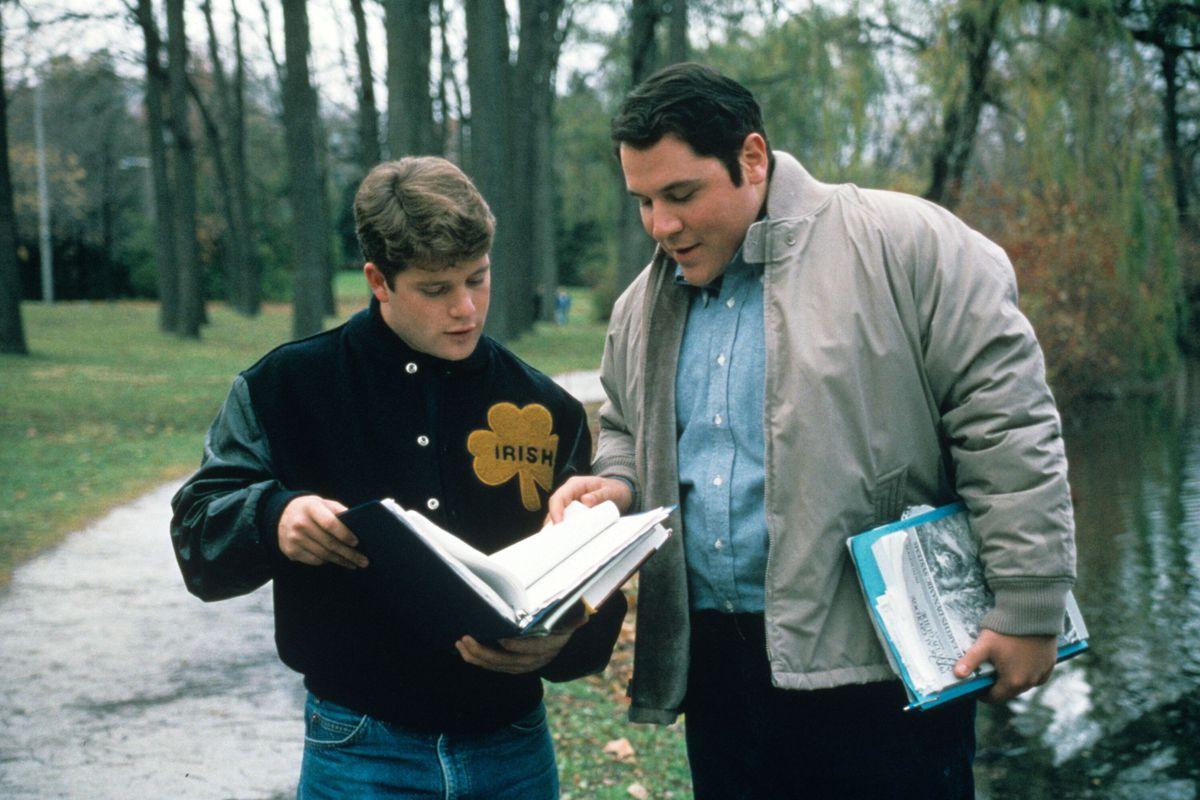 Rudy le muestra a su amigo (Jon Favreau) sus deberes en Rudy (1993)