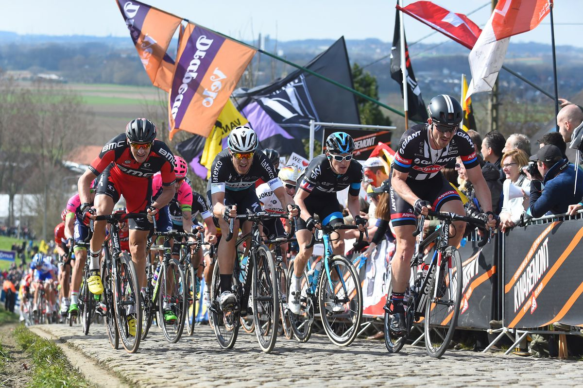 Chase group on Oude Kwaremont