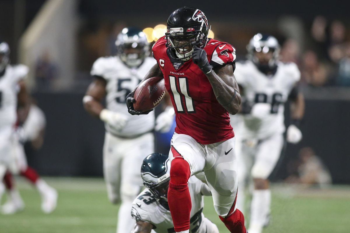 Atlanta Falcons wide receiver Julio Jones scores the game-winning touchdown against the Philadelphia Eagles in the fourth quarter at Mercedes-Benz Stadium.