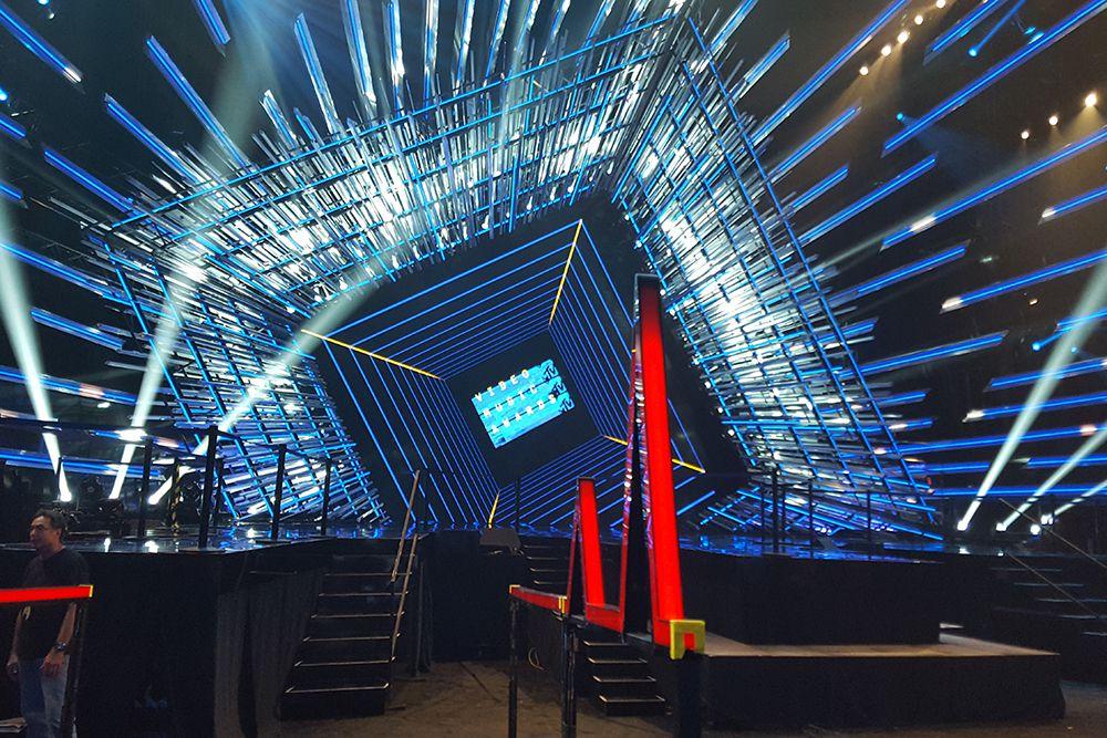MTV-VMAs-Stage_2015_08.jpg
