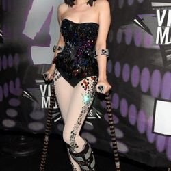 Jessie J arrived on crutches!