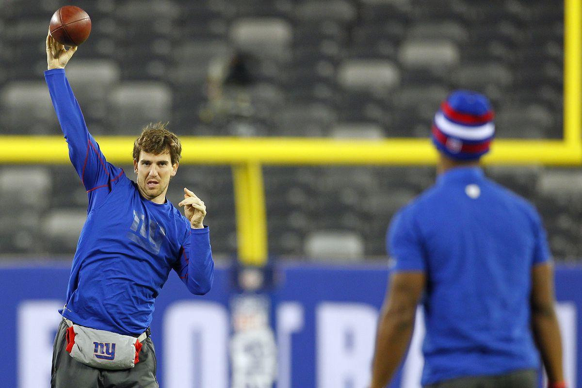 Eli Manning and Victor Cruz warm up Sunday.