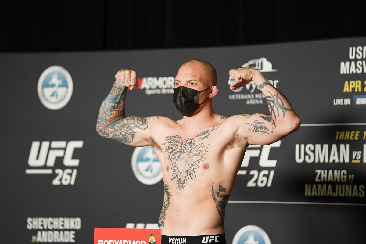 Anthony Smith weighing in at UFC 261.