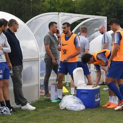 Zappacosta and Morata grab water as Sarri looks on