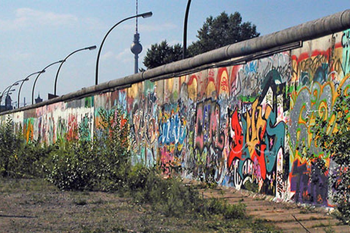 """via <a href=""""http://novaonline.nvcc.edu/eli/evans/Photos/Russia/BerlinWall.jpg"""">novaonline.nvcc.edu</a>"""
