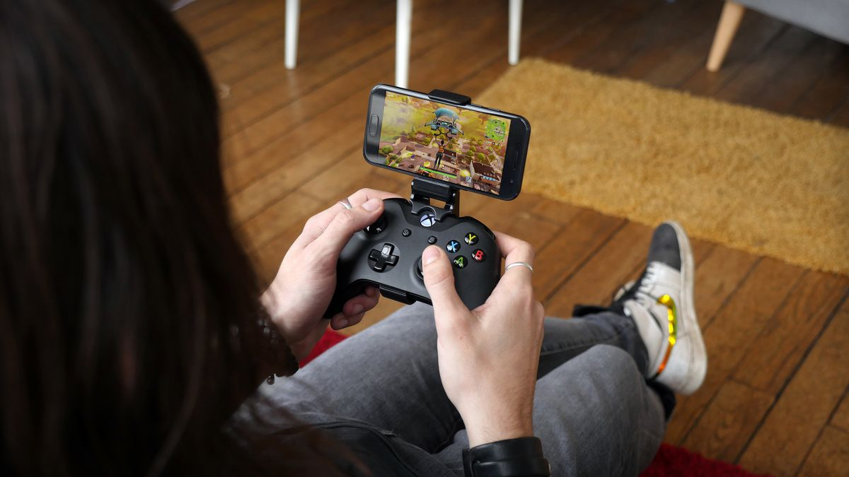 a chairman personification Fortnite on an Android phone with an Xbox One controller around Shadow