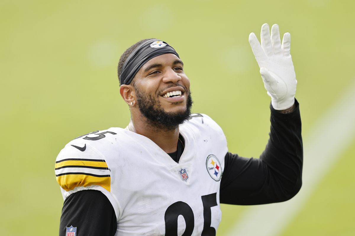 Eric Ebron #85 of the Pittsburgh Steelers reacts after defeating the Jacksonville Jaguars 27-3 at TIAA Bank Field on November 22, 2020 in Jacksonville, Florida.