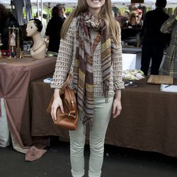 Leah is wearing a top from a thrift store, Zara pants, a Gap scarf, Dolce Vita shoes, and a Madewell bag.