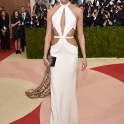 Karlie Kloss wears a Brandon Maxwell gown and a Lisa Perry ligh-up bag.