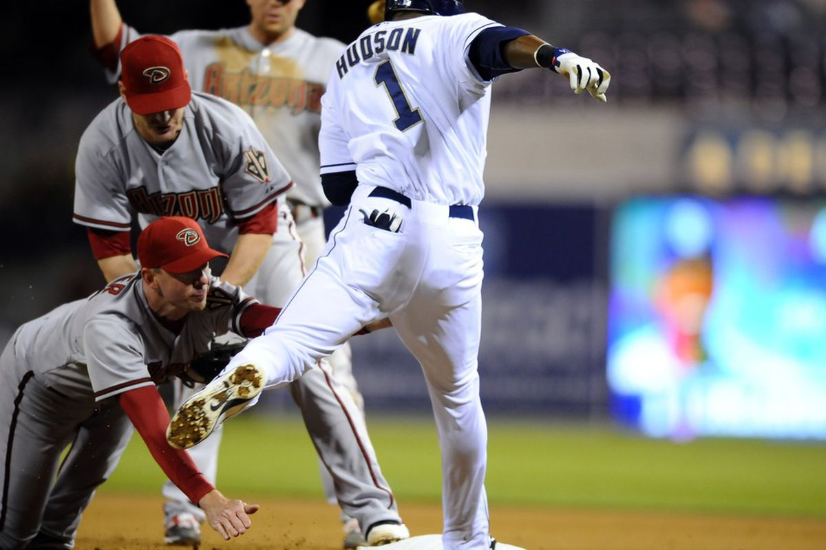 The Diamondbacks pull the ol' Totem Pole play to get Orlando Hudson out at first base.