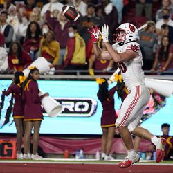 Utah tight end Dalton Kincaid catches a touchdown pass during the second half of an NCAA college football game against Southern California, Saturday, Oct. 9, 2021, in Los Angeles.