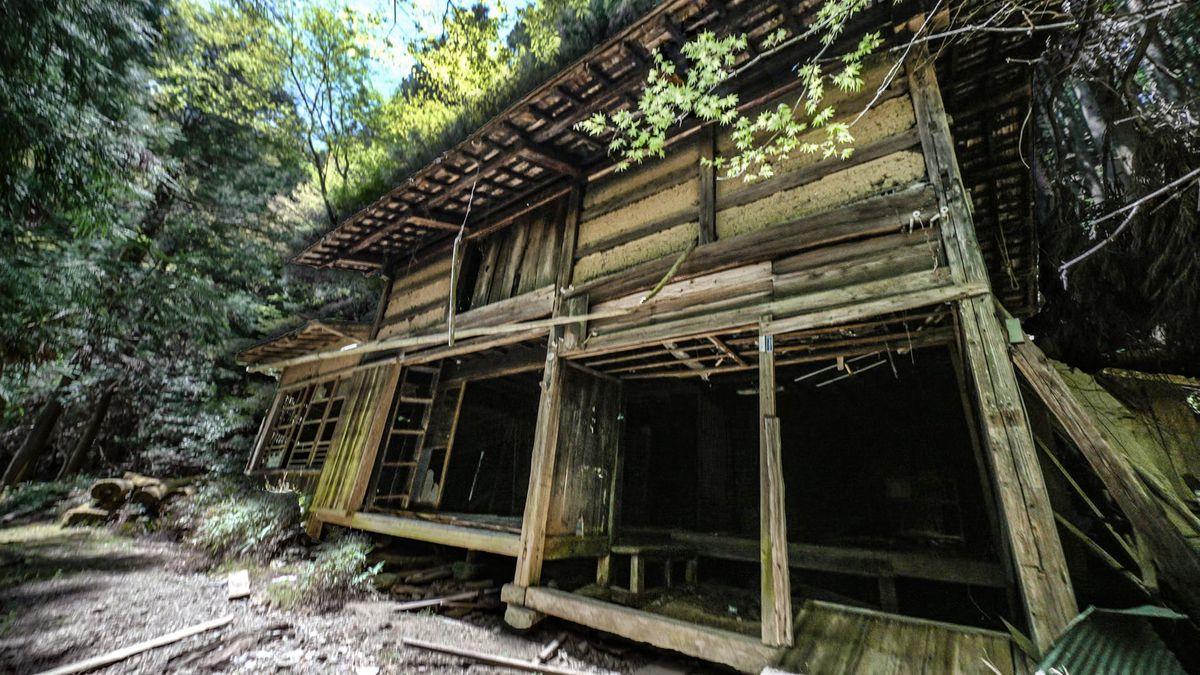 Una casa de pueblo japonesa abandonada