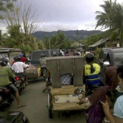 Residents evacuate to higher ground after a strong earthquake was felt in Banda Aceh, Aceh province on Sumatra island, Indonesia, Wednesday, April 11, 2012.   A massive earthquake off Indonesia's western coast triggered a tsunami watch for countries across the Indian Ocean on Wednesday, clogging streets with traffic as residents fled to high ground in cars and on the backs of motorcycles.