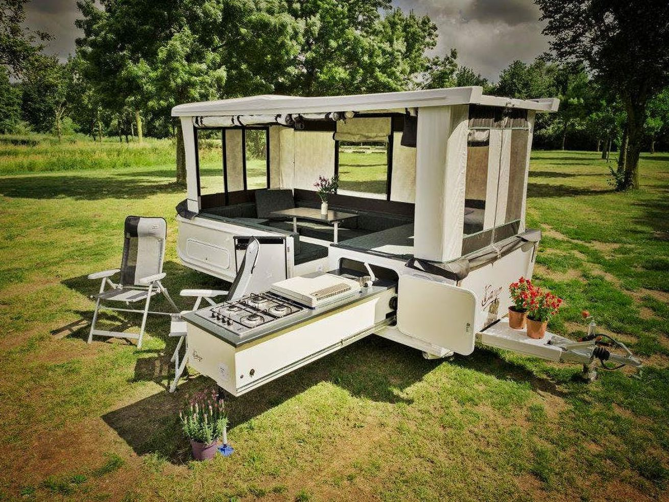 Remote-controlled camper trailer pops up in 30 seconds