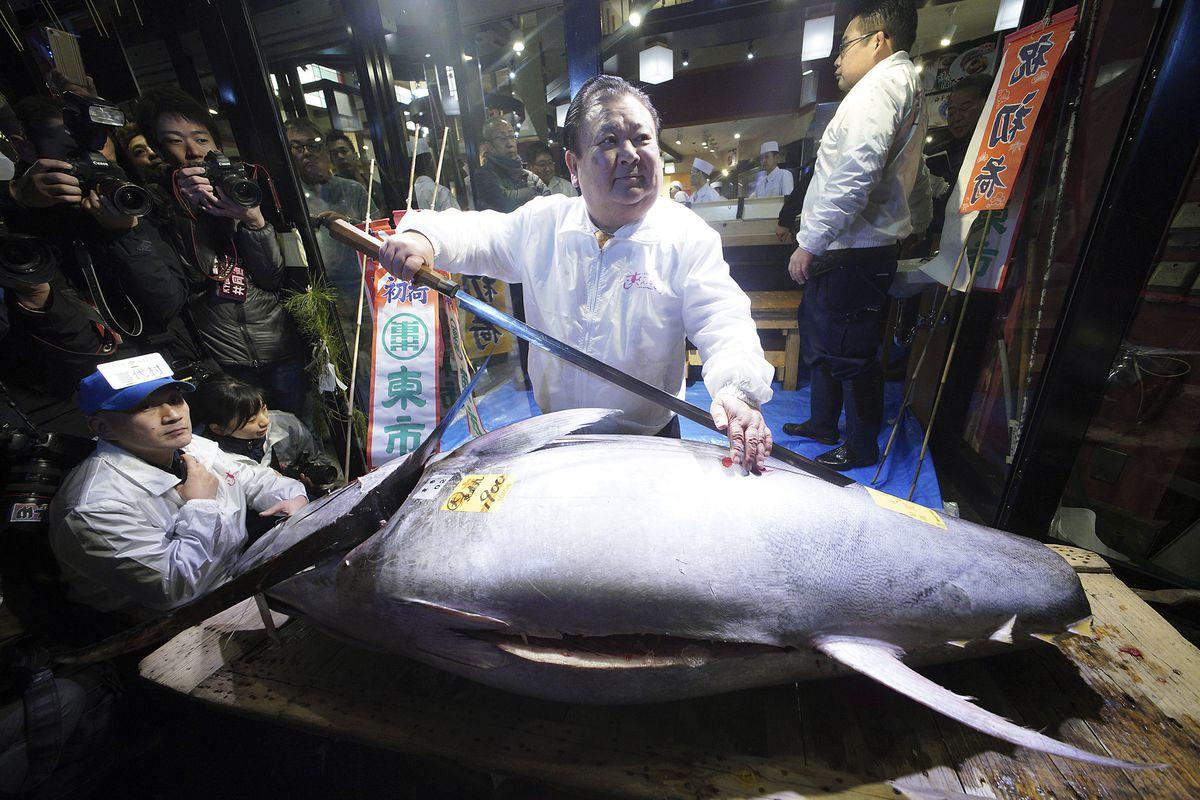 Massive bluefin tuna rakes in 323 000 at tsukiji fish for Tsukiji fish market chicago