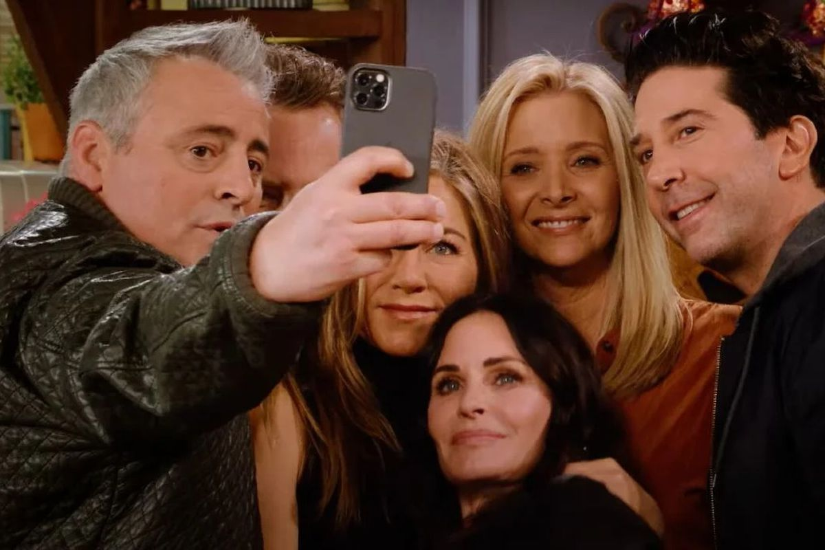 Pemain 'Friends' Berkulit Putih Semua, Jadi Penyesalan Kreator?n cast from Friends take a selfie during the Friends reunion special.