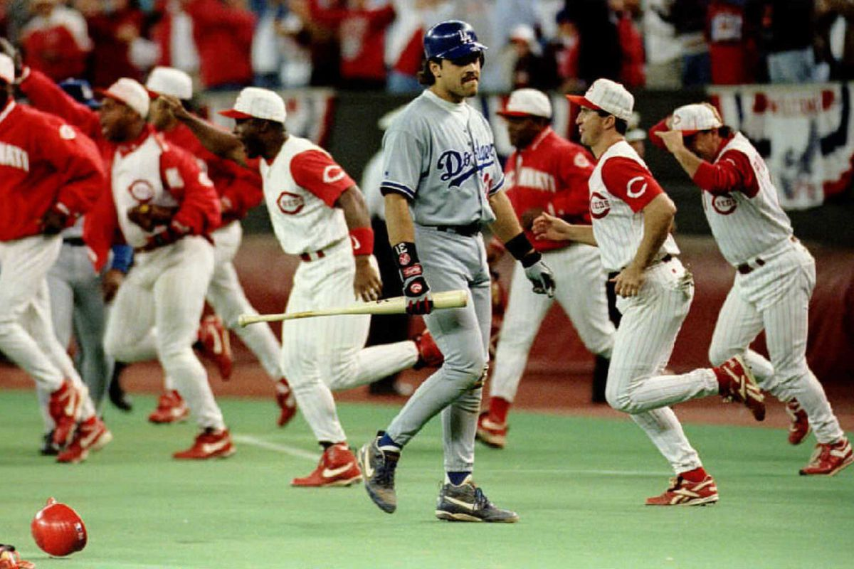 Los Angeles Dodgers Mike Piazza walks off the fiel