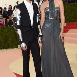 Meanwhile, Zayn (in Versace) and Gigi Hadid (in Tommy Hilfiger) showed up dressed as literal robots. Gorgeous, unblinking, high-cheekboned, deep-in-love robots.