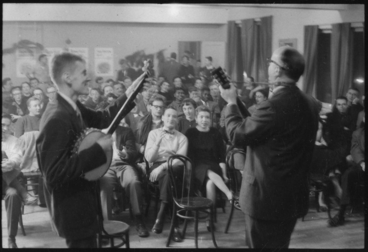 Old Town School co-founders Frank Hamilton (left) and Win Stracke (right) perform on opening night, December 1, 1957. | Kiko Konagamitsu/ Courtesy of the Old Town School Resource Center