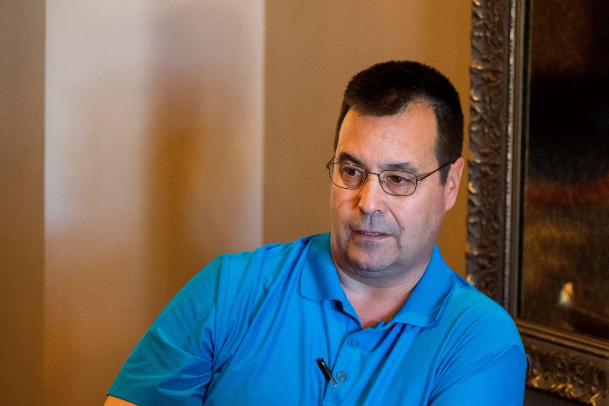 Dan Duquette holds court during MLB's General Manager meetings.