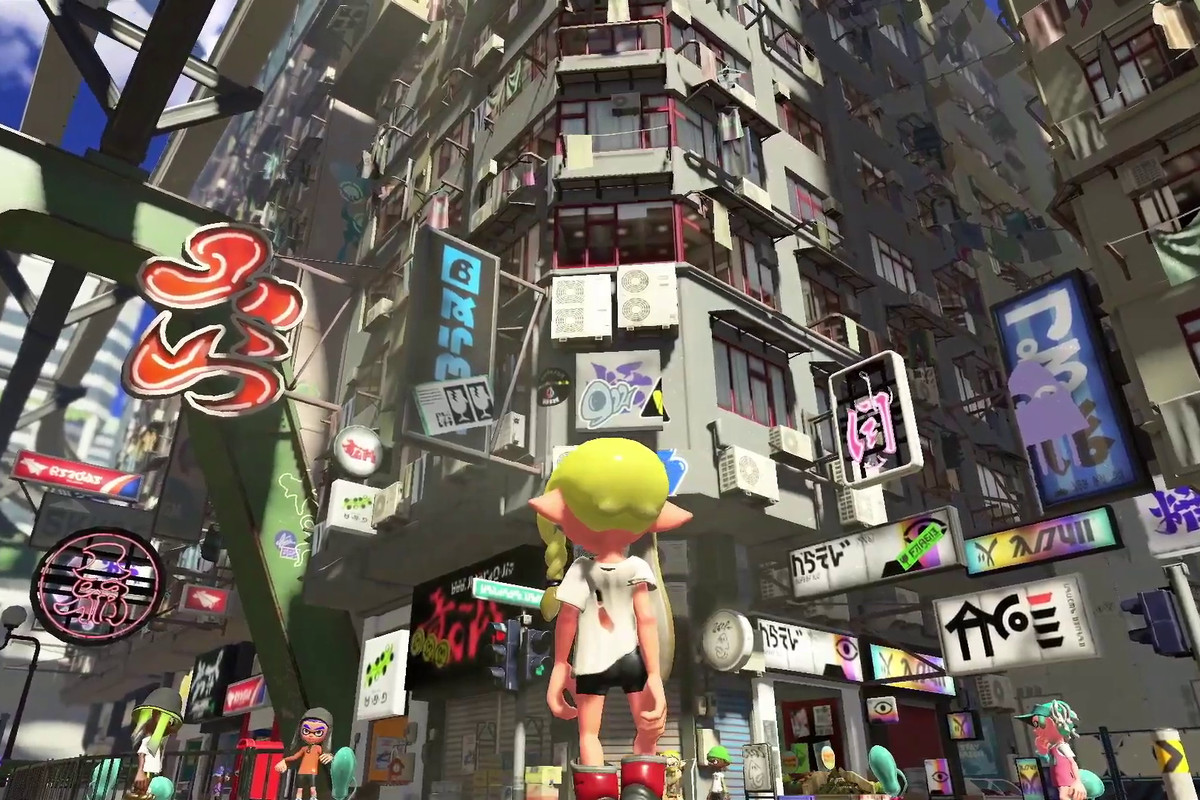 an Inkling girl with long blond hair standing in an urban environment in Splatoon 3