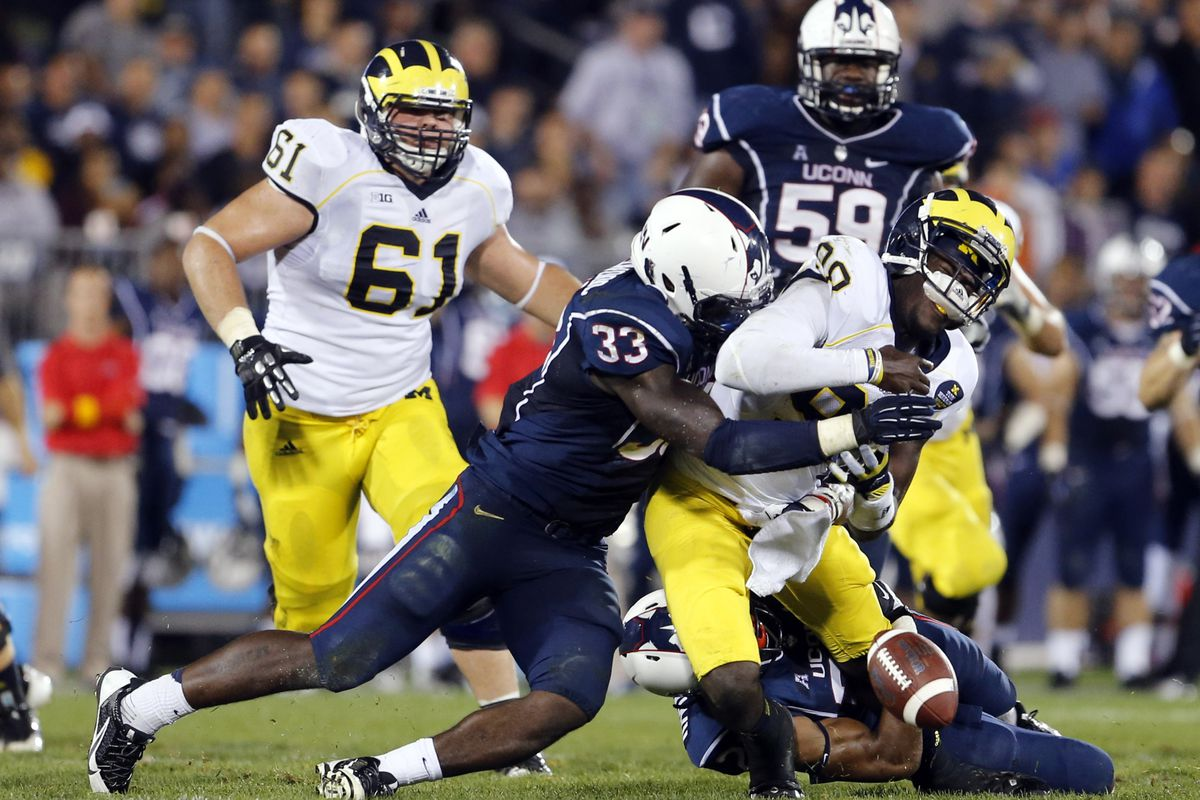 UConn LB yawin Smallwood with the sack force fumble