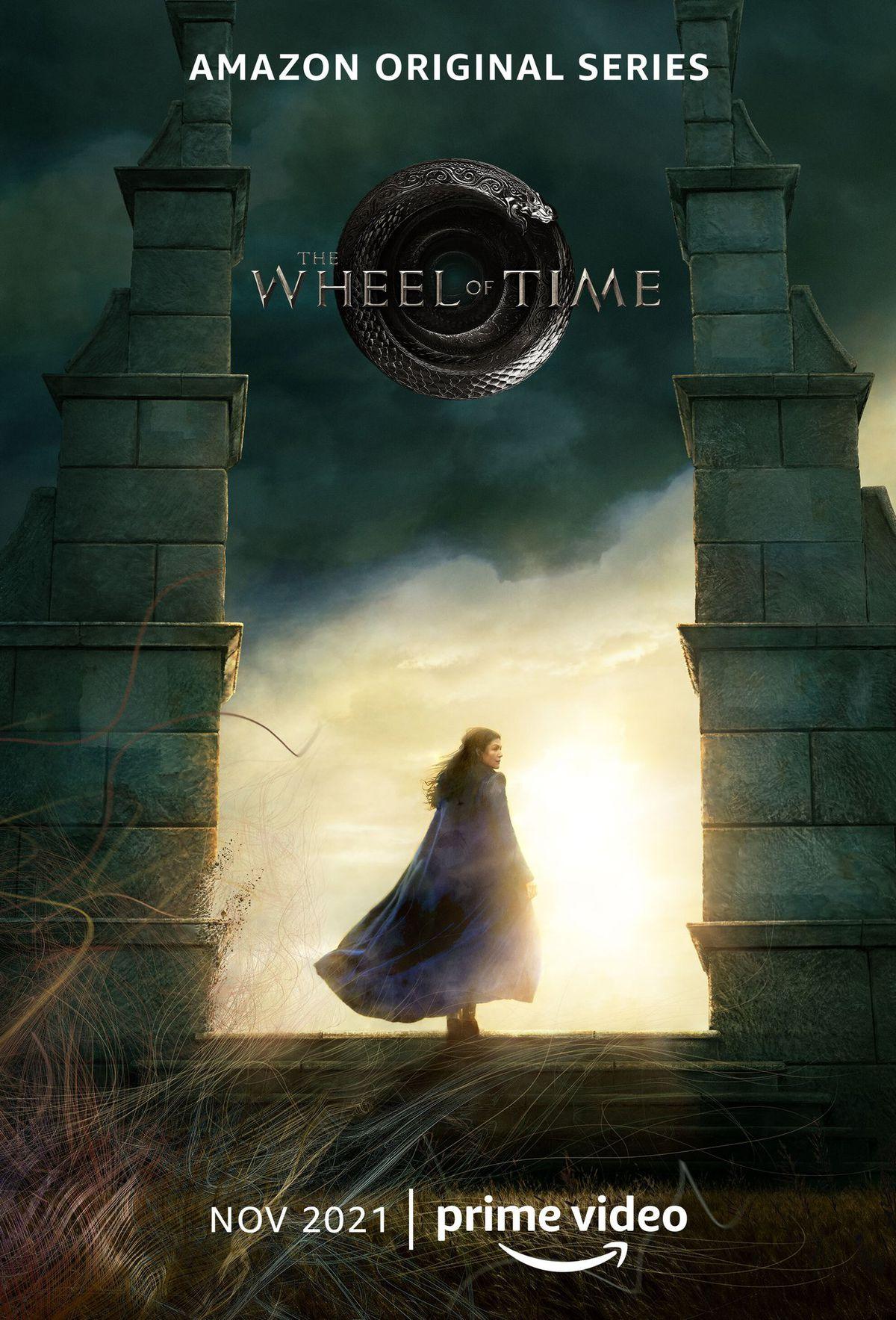 Rosamunde Pike als Moiraine over twee stenen pilaren stapt in een poster voor de originele Amazon-serie The Wheel of Time.
