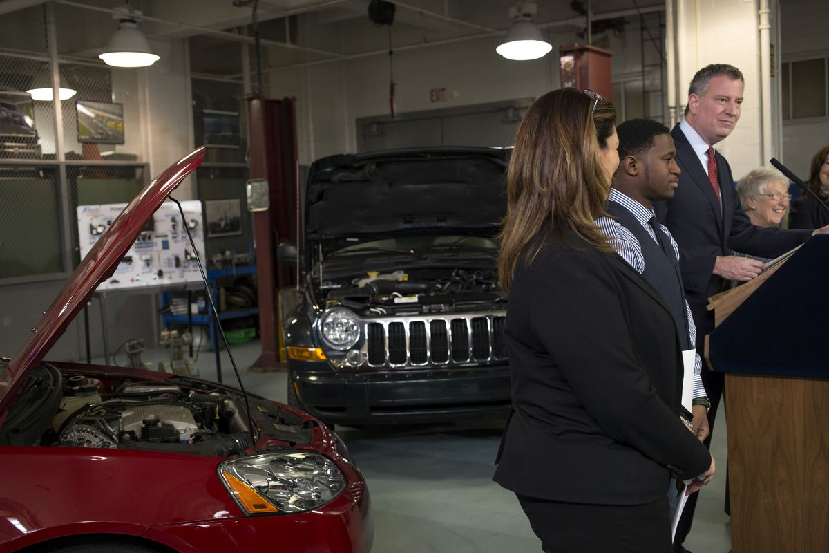 Mayor Bill de Blasio meets with students and faculty at Automotive High School. (Ed Reed/Mayoral Photography Office)