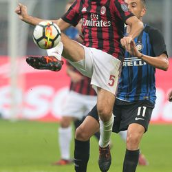 Giacomo Bonaventura of AC Milan controls the ball during the Serie A match between FC Internazionale and AC Milan at Stadio Giuseppe Meazza on October 15, 2017 in Milan, Italy.
