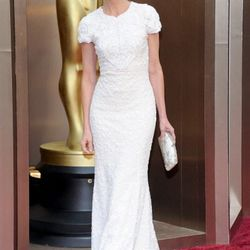 More white (and cap sleeves) on the carpet, courtesy of Calista Flockhart in Andrew GN.